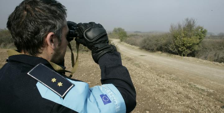 En betjent fra Det Europæiske Agentur for Forvaltning af det Operative Samarbejde ved EU-medlemsstaternes Ydre Grænser (Frontex) patruljerer ved grænsen mellem Grækenland og Tyrkiet. Kilde: Kommissionen