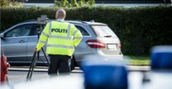 Dansk politi ved fartkontrol.