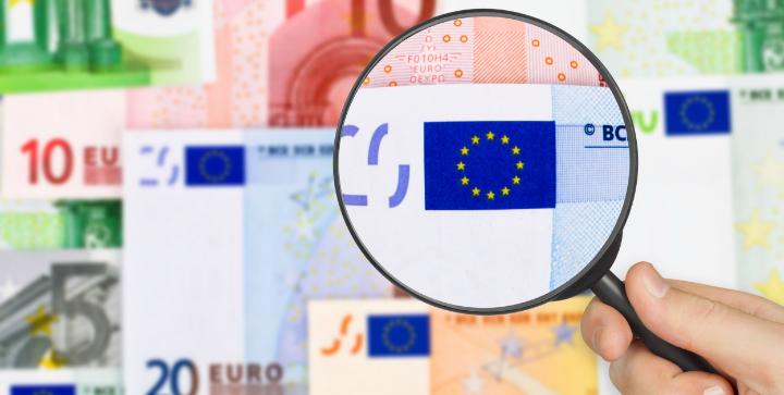 Euro og et forstørrelsesglas.