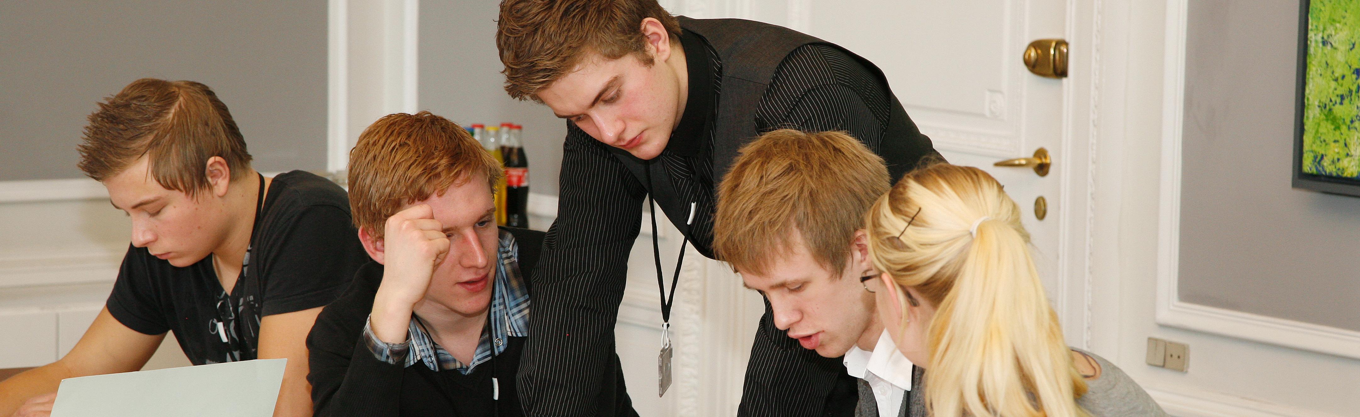 Unge arbejder i grupper