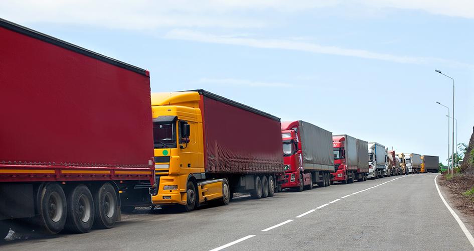 Lastbiler på raekke
