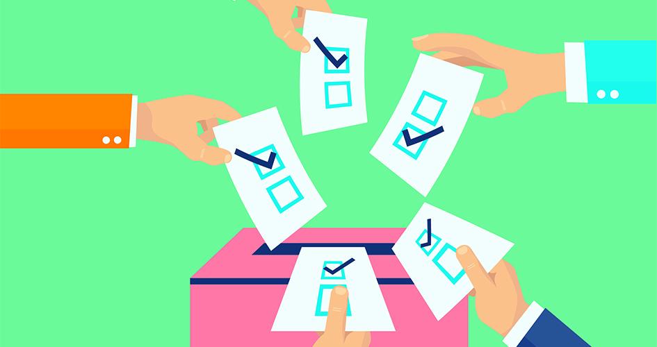 Hænder med stemmesedler rækker ind over stemmeboks