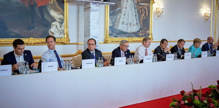 Statsminister Lars Løkke Rasmussen sammen med et udsnit af de øvrige stats- og regeringschefer på EU-topmødet i Bratislava. Foto: Rådet