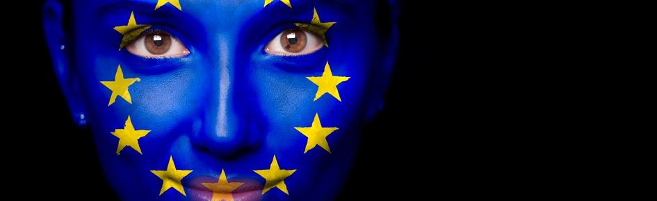 Portræt af en kvinde, som har malet EU-flaget i ansigtet