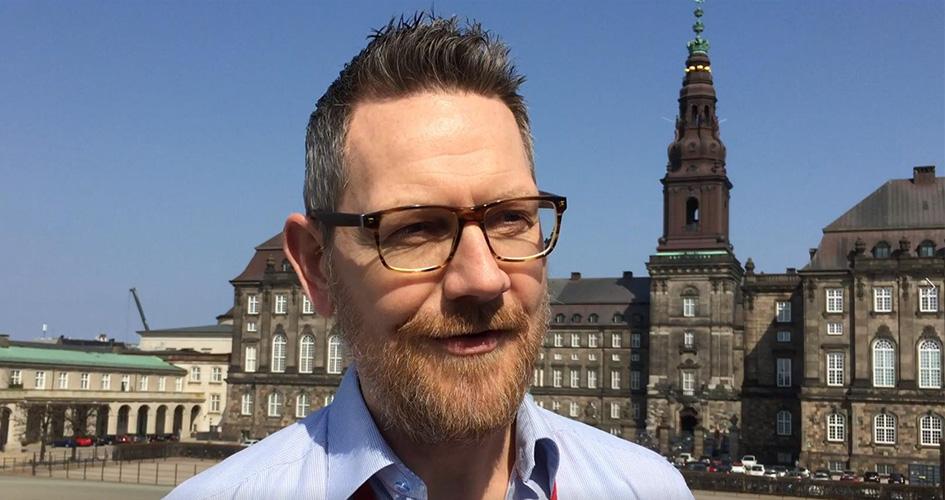 Folketingets EU-konsulent Martin Jørgensen foran Christiansborg